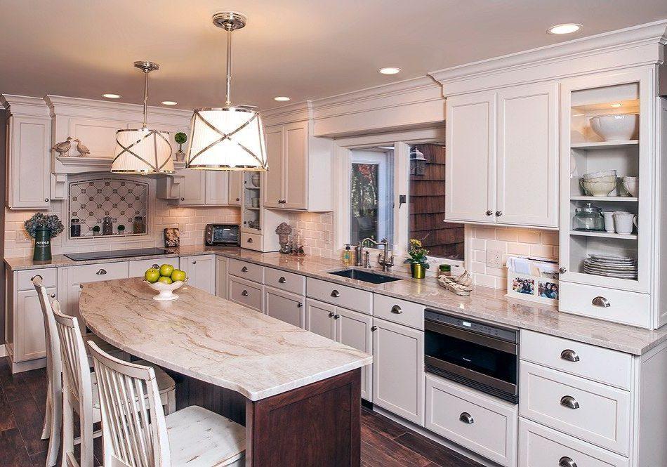Угловая кухня под окно белого цвета в стиле модерн