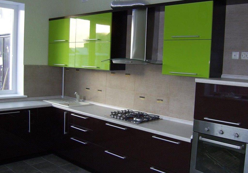 Угловая кухня под окно с крашенными фасадами черно-зеленого цвета