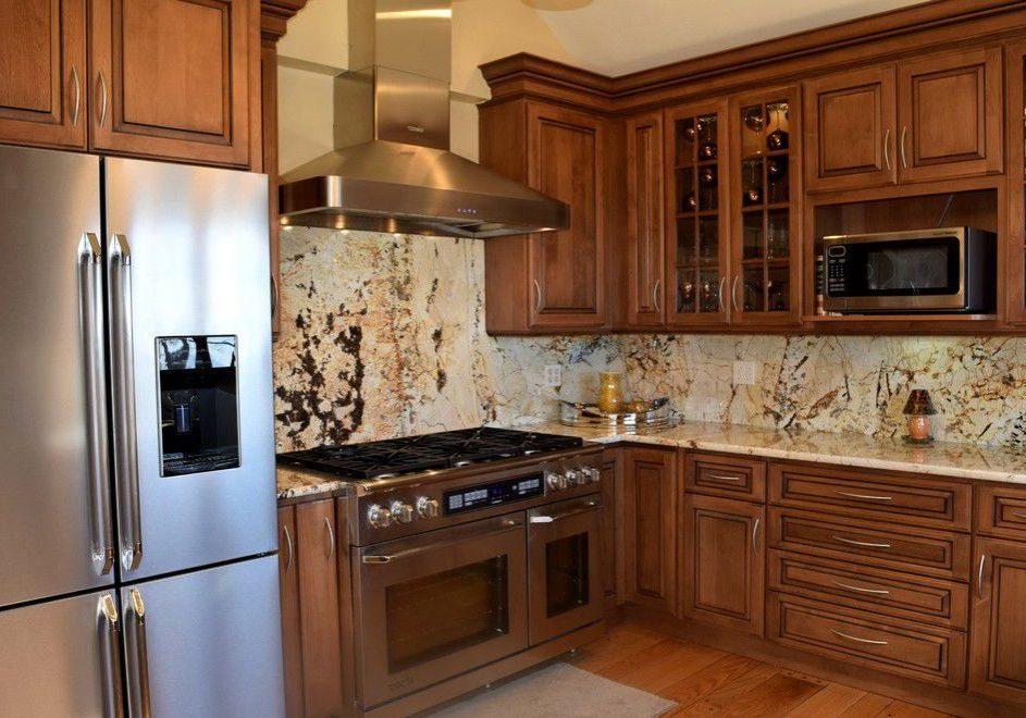 Угловая кухня с деревянными фасадами