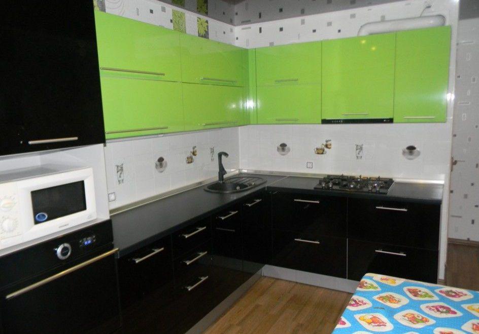 Угловая кухня с фасадами МДФ пленка черно-зеленого цвета