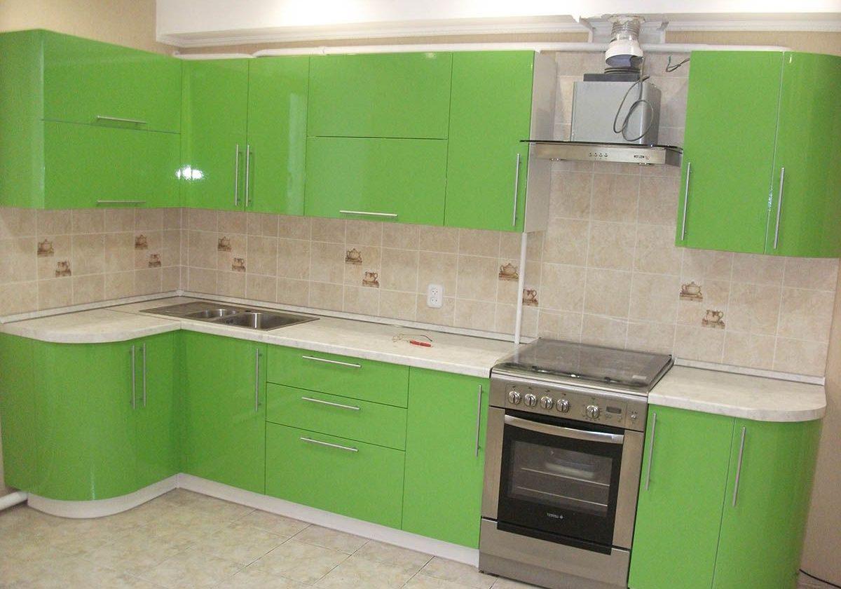 Угловая кухня с фасадами МДФ пленка зеленого цвета