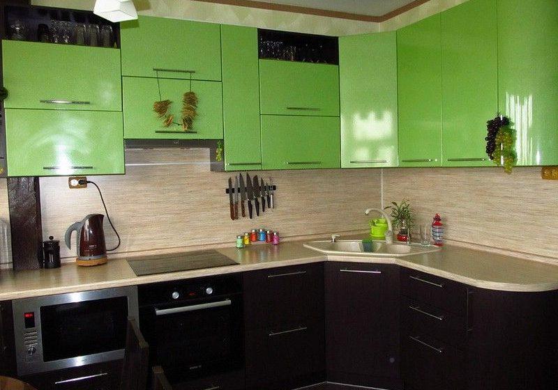 Угловая кухня с фасадами пленка черно-зеленого цвета