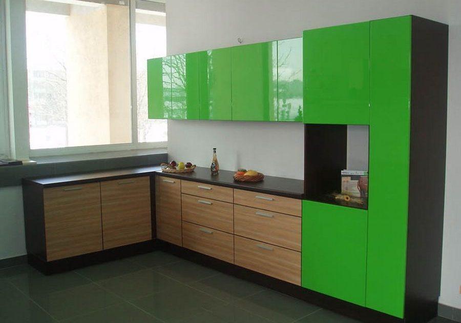 Угловая кухня с фасадами под дерево и зеленого цвета, под окно