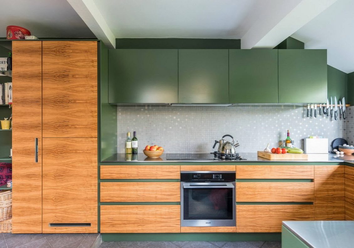 Угловая кухня с матовыми фасадами под дерево дуб и зеленые