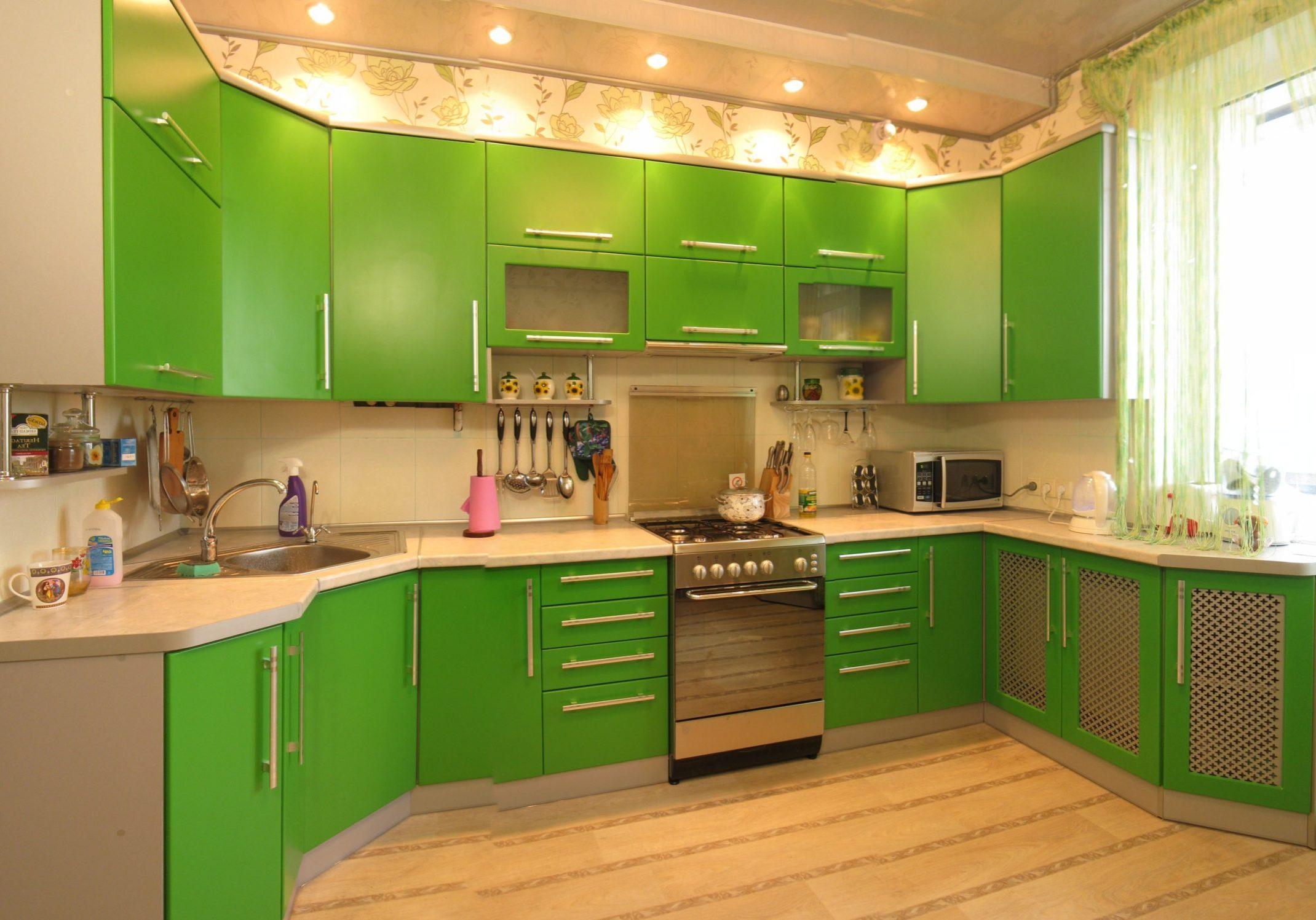 Угловая кухня с матовыми зелеными фасадами