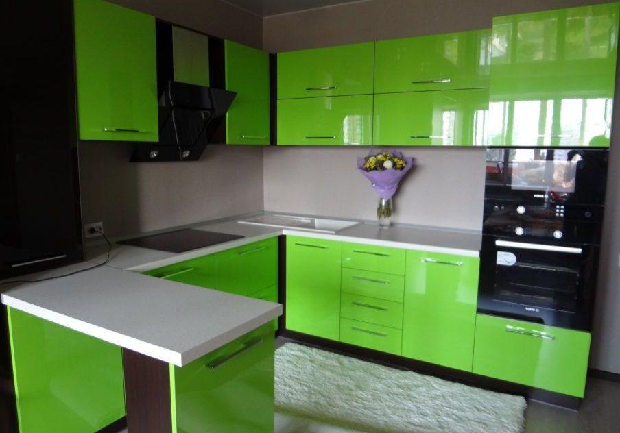 Угловая кухня с ярко-зелеными фасадами глянец и барной стойкой