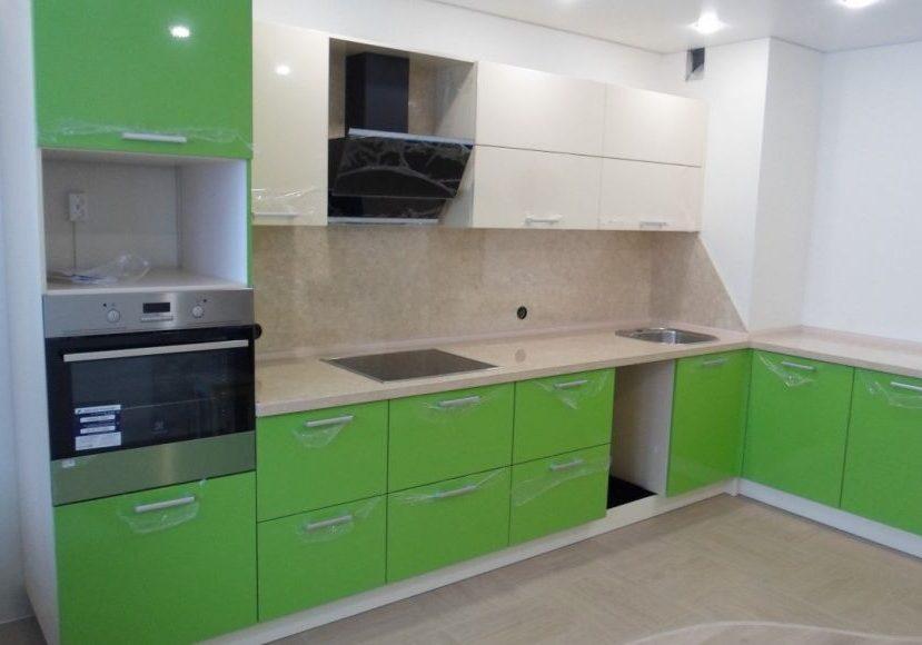Угловая кухня с зелеными и белыми дверками