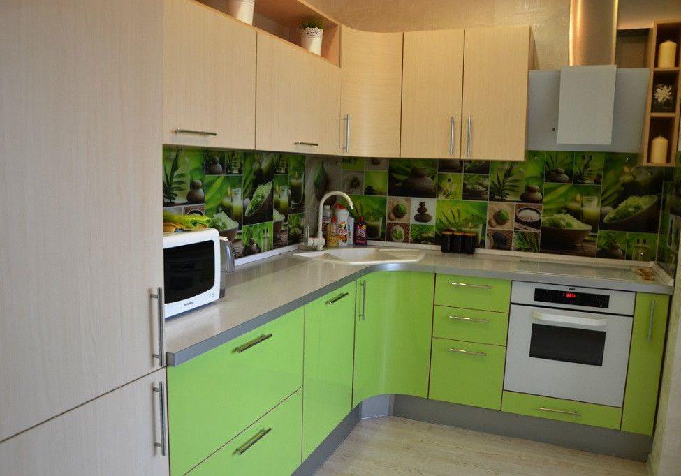 Угловая кухня с зелеными и бежевыми фасадами под дерево