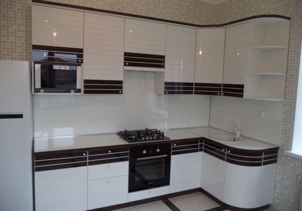 Угловая кухня в полоску черно-белая