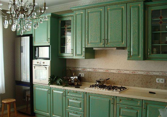 Угловая кухня зеленого цвета в классическом стиле с золотой патиной, фасады шпонированный МДФ