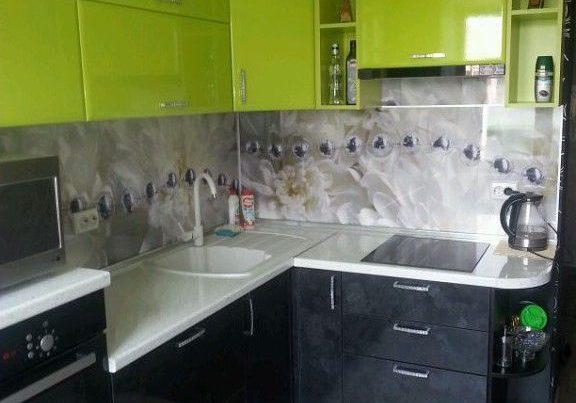 Угловая маленькая черно-зеленая кухня
