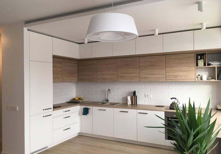 Угловая матовая белая кухня с деревом