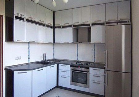 Угловая матовая бело-черная кухня МДФ