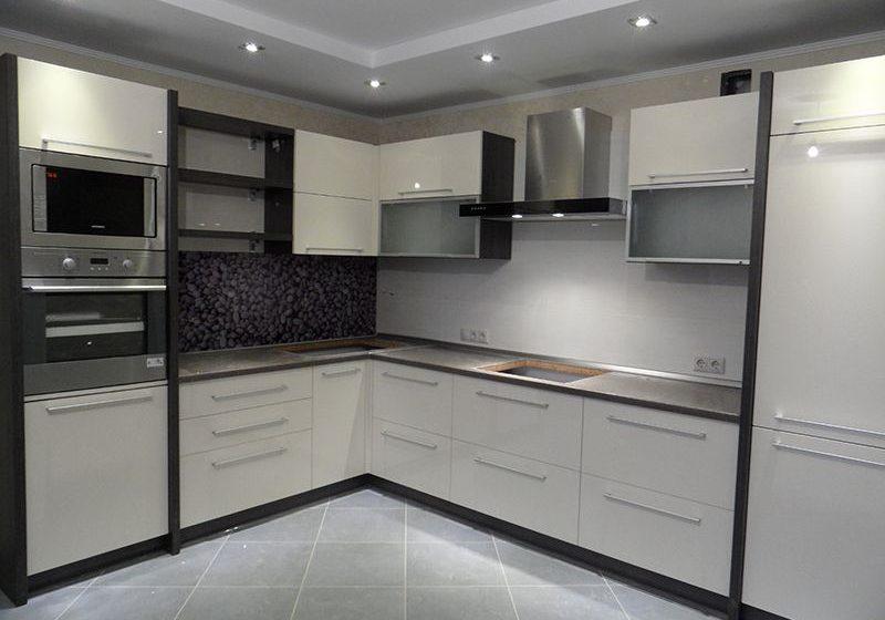 Угловая матовая черно-белая кухня МДФ