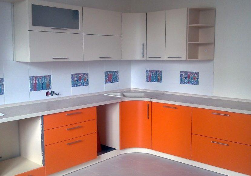 Угловая матовая кухня бело-оранжевая МДФ эмаль