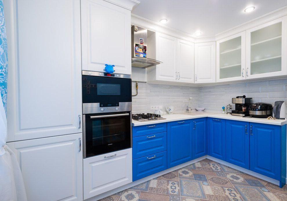 Угловая матовая сине-белая кухня МДФ модерн