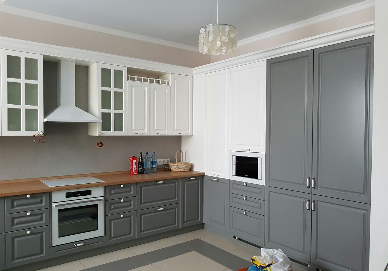 Угловая модерн белого цвета кухня