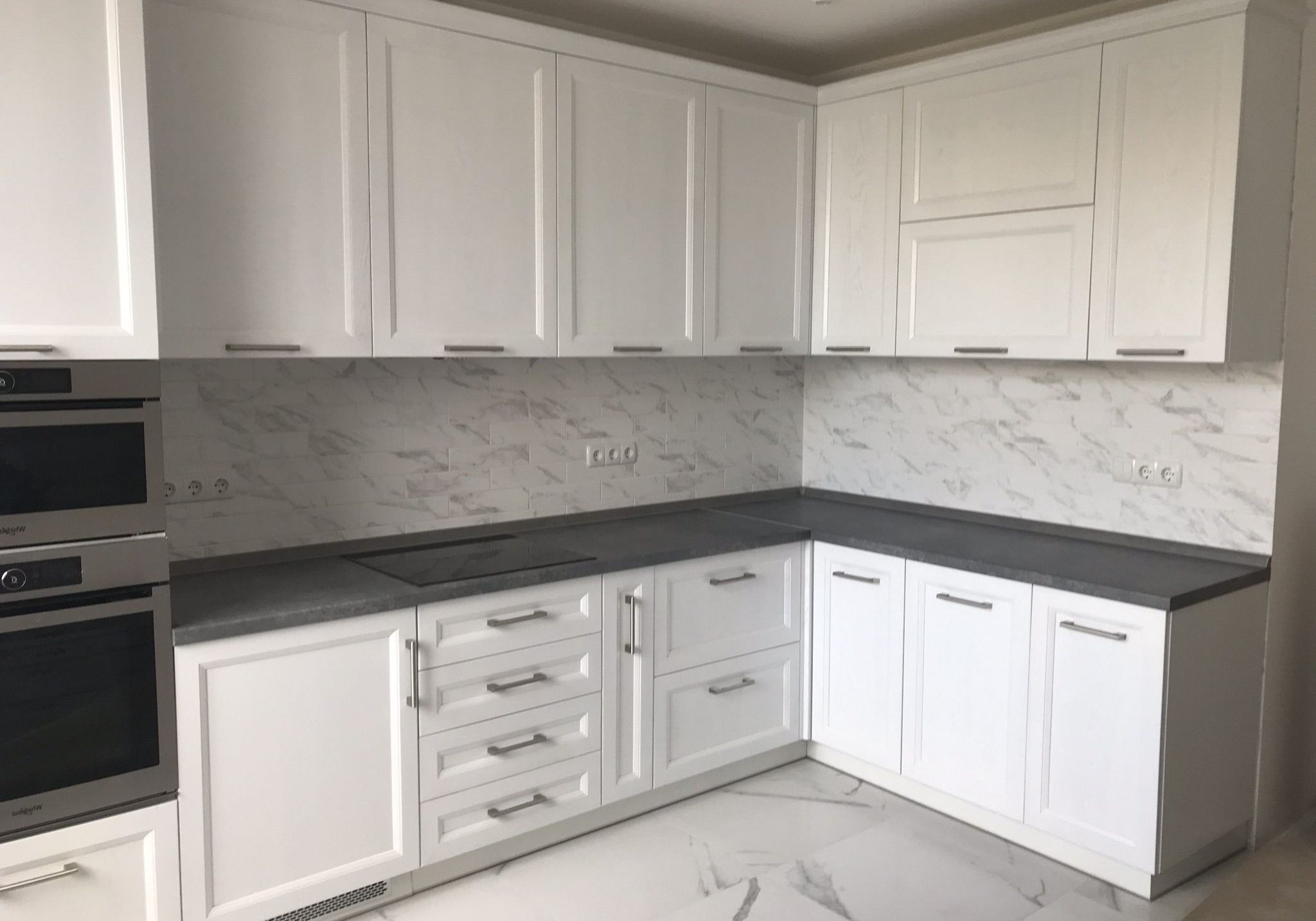 Угловая модерн кухня белого цвета, матовая