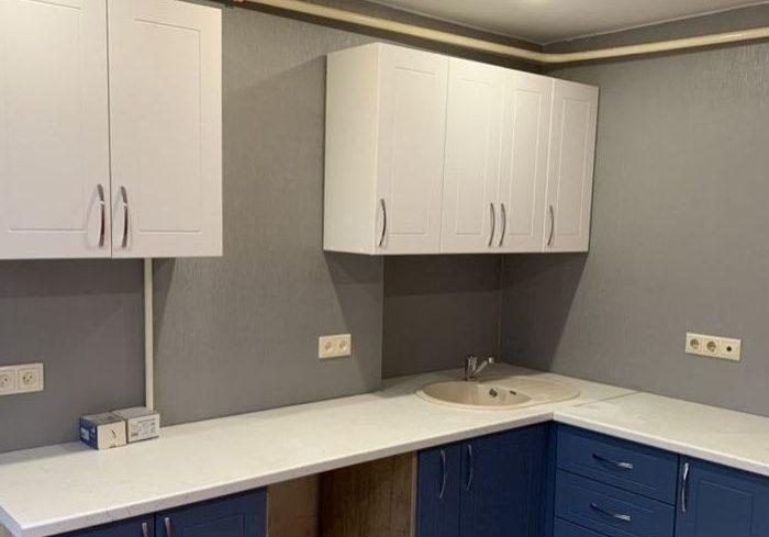 Угловая модерн кухня сине-белого цвета