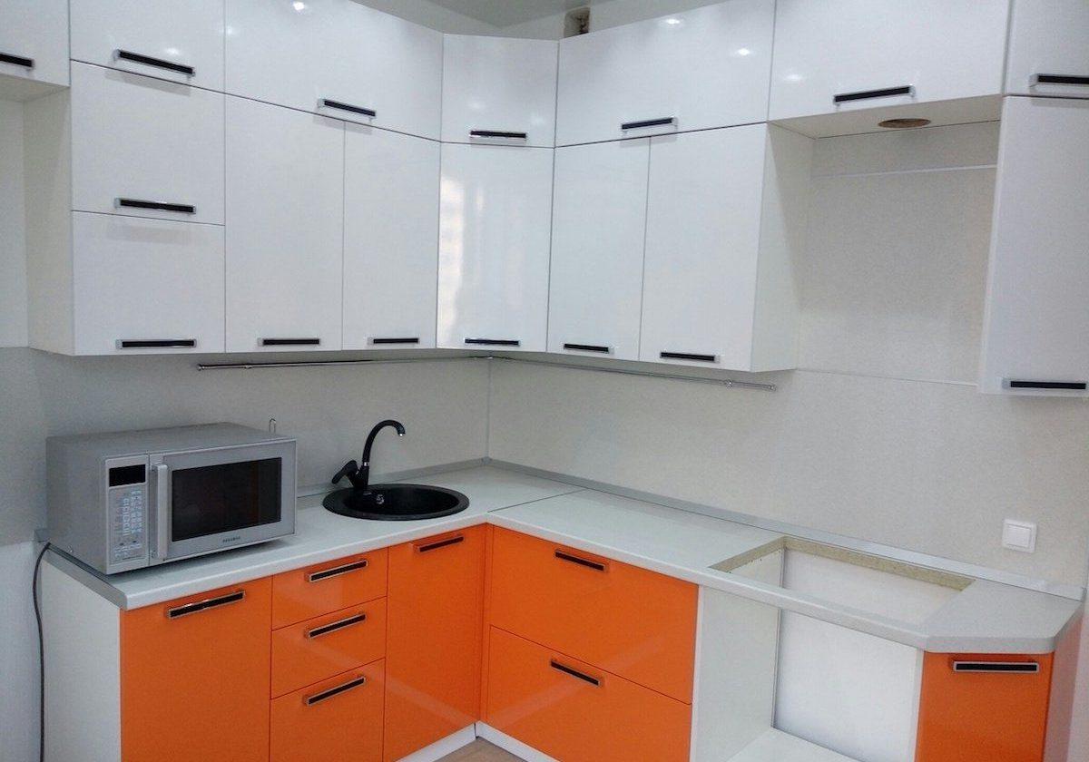 Угловая недорогая кухня бело-оранжевая МДФ пленка