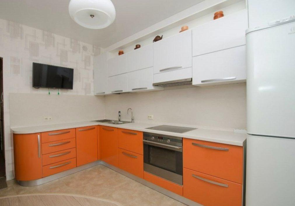 Угловая оранжево-белая кухня матовая МДФ пленка