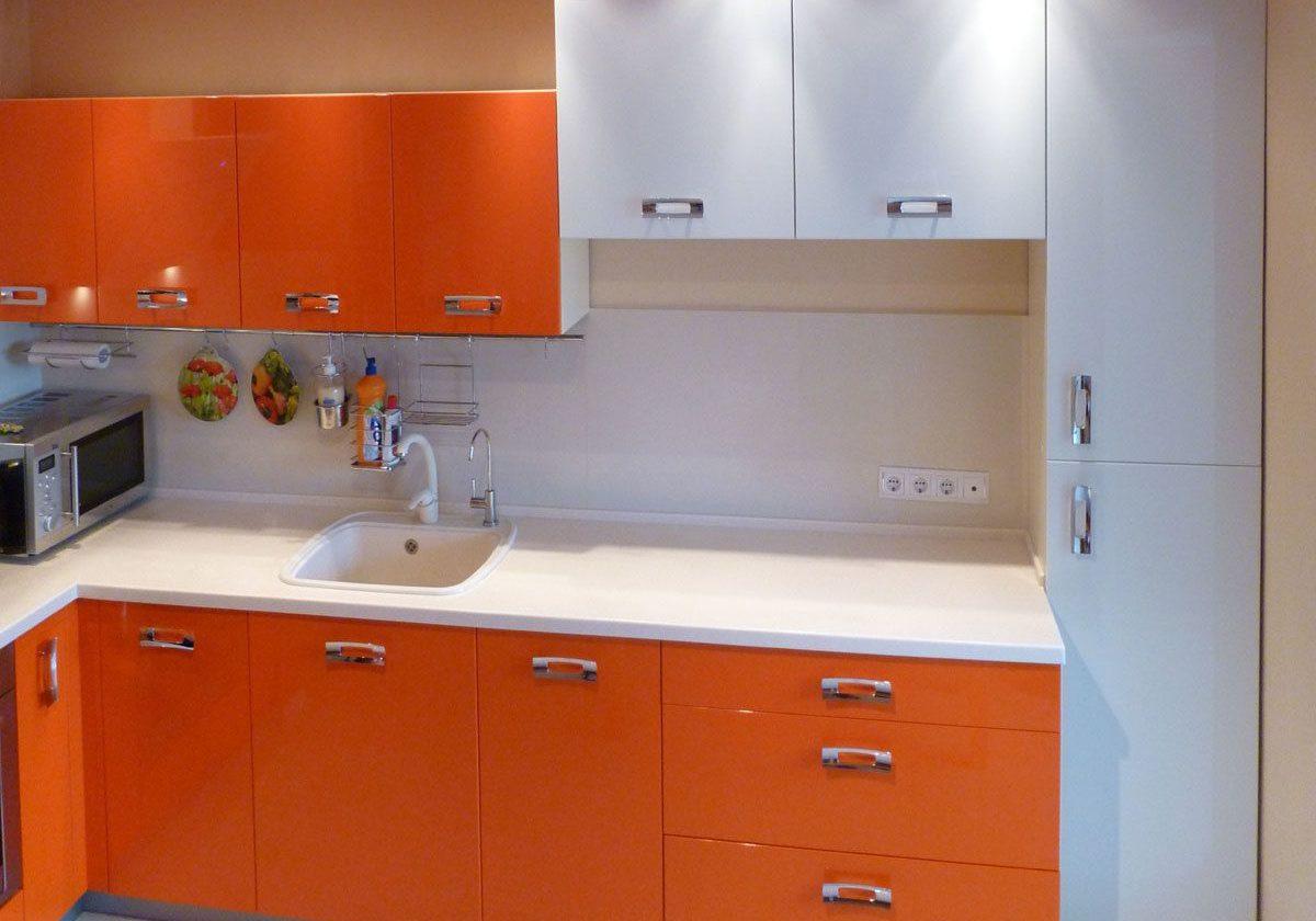 Угловая оранжево-белая кухня МДФ глянец