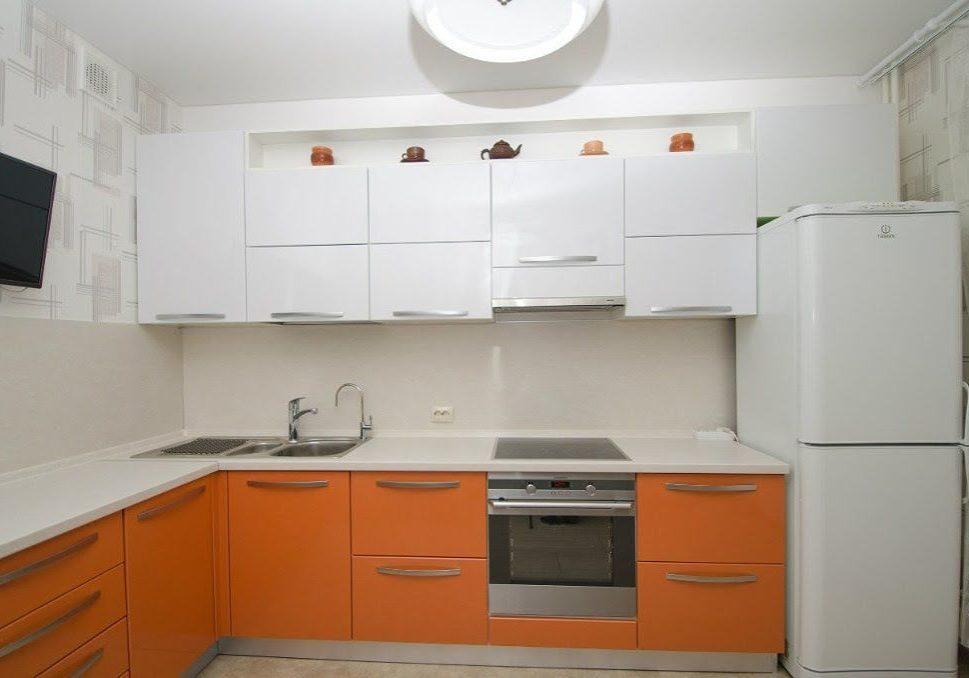 Угловая оранжево-белая кухня, МДФ пленка матовая