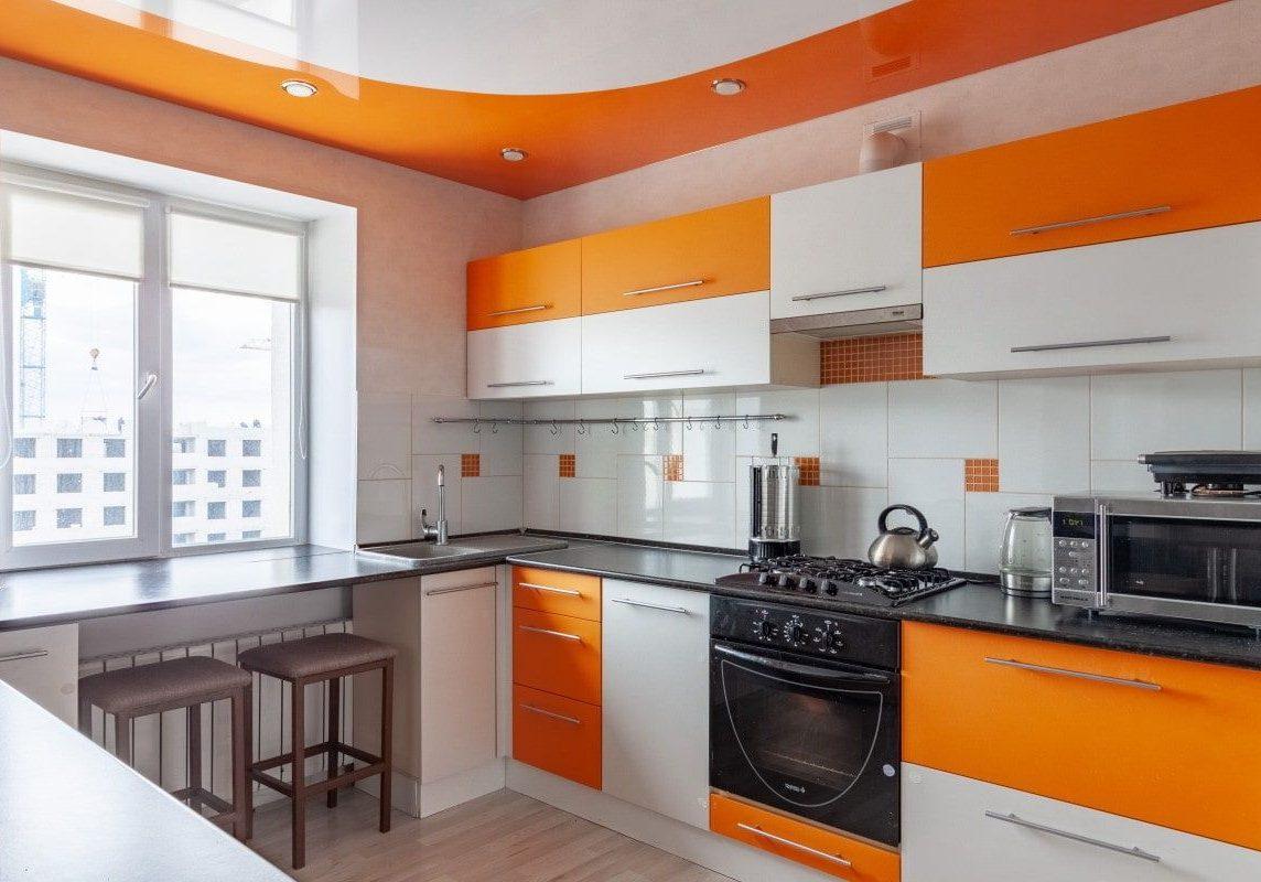 Угловая оранжево-белая кухня под окно, матовая