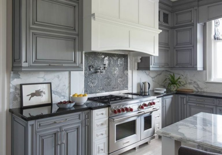 Угловая под окно кухня бело-серого цвета, модерн