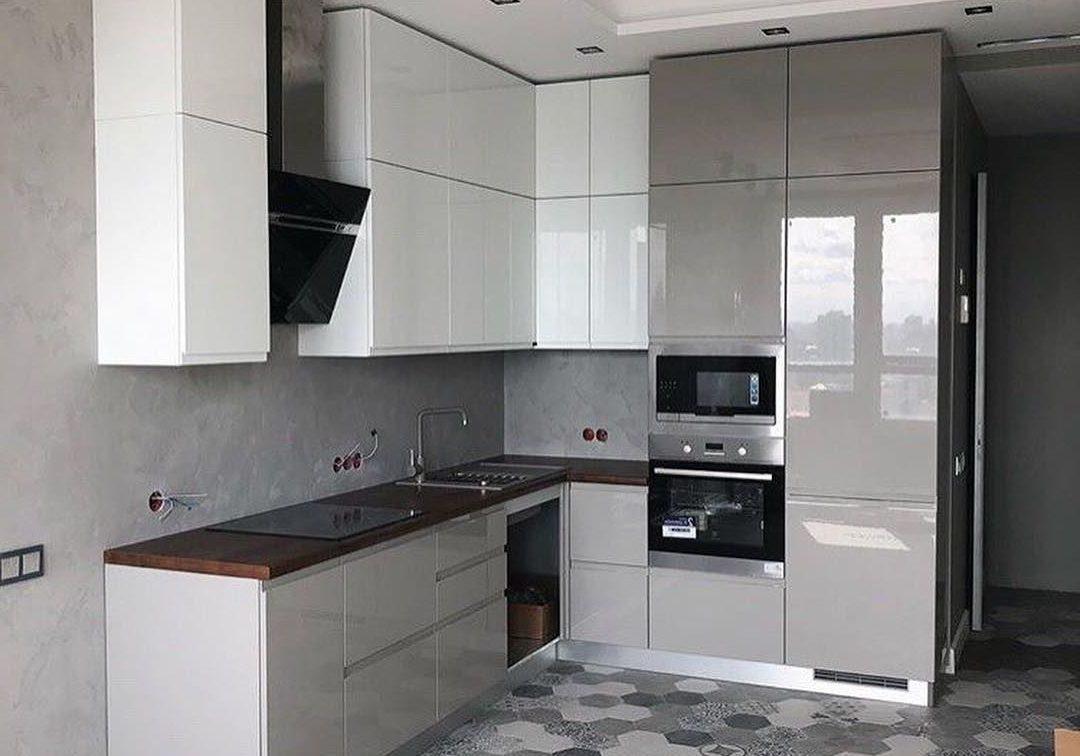 Угловая серо-белая кухня глянец