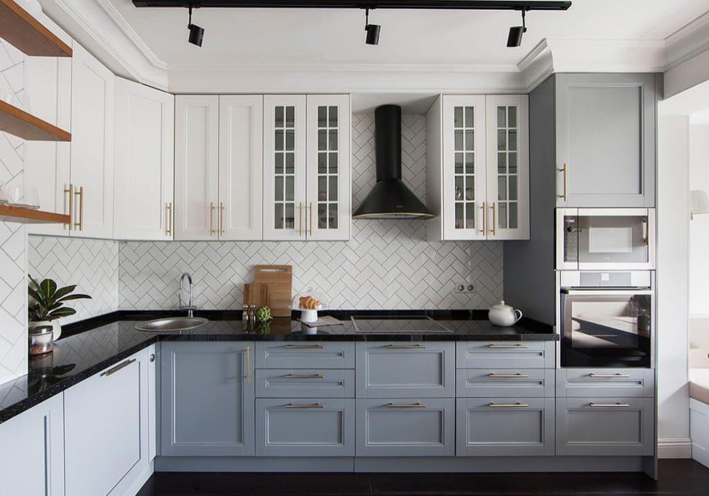 Угловая серо-белая кухня матовая модерн