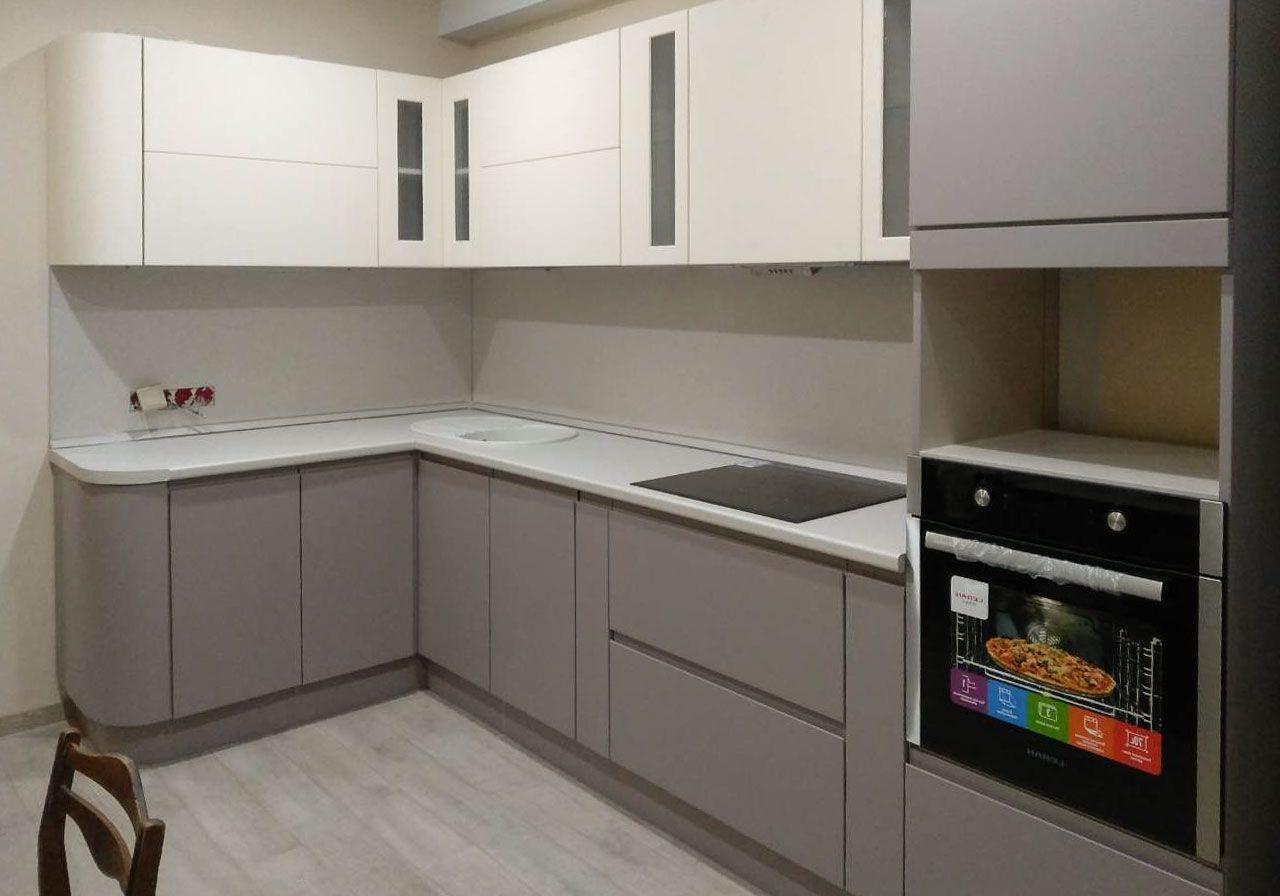 Угловая серо-белая кухня МДФ матовый, интегрированные ручки