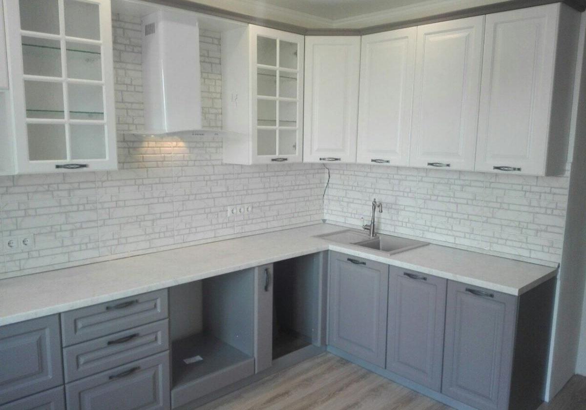 Угловая серо-белая кухня МДФ модерн