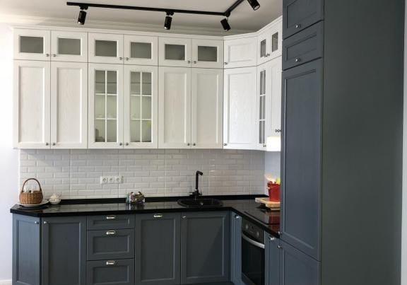 Угловая серо-белая кухня модерн, матовая, темно-серая