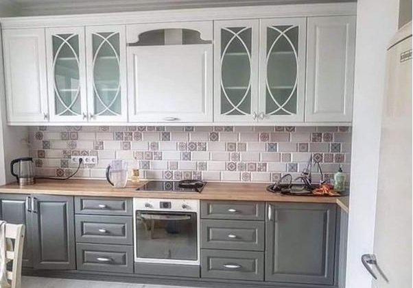 Угловая серо-белая кухня модерн с деревом