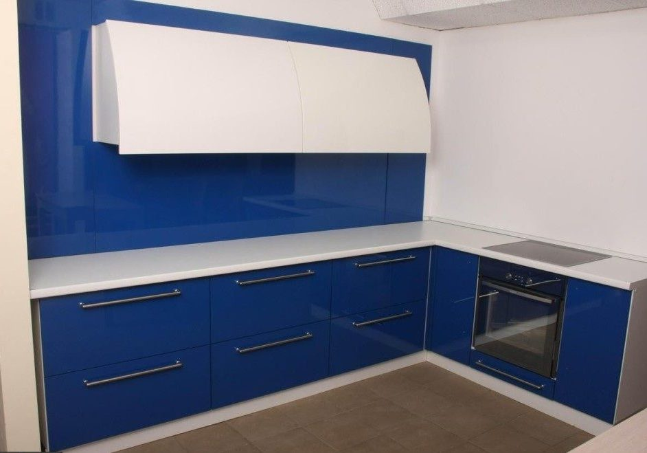 Угловая сине-белая кухня, глянец