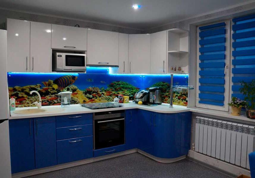 Угловая сине-белая кухня глянец МДФ крашенный