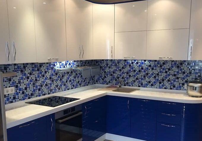 Угловая сине-белая кухня МДФ глянец