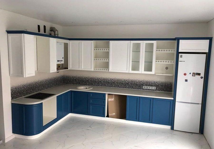 Угловая сине-белая кухня модерн, матовая