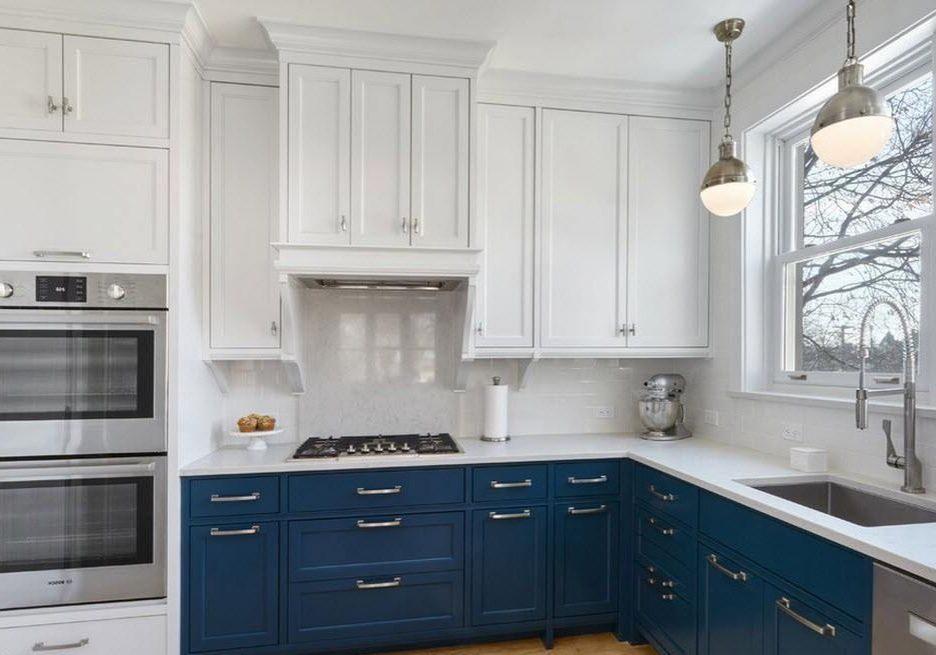 Угловая сине-белая кухня модерн, матовая под окно