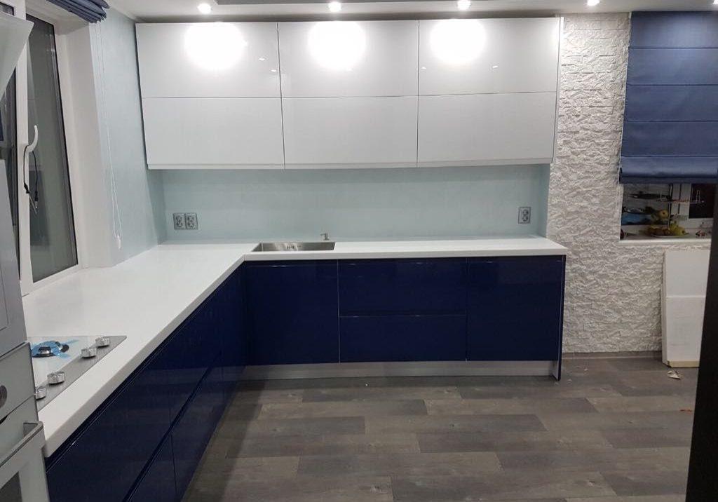 Угловая сине-белая кухня под окно, глянец