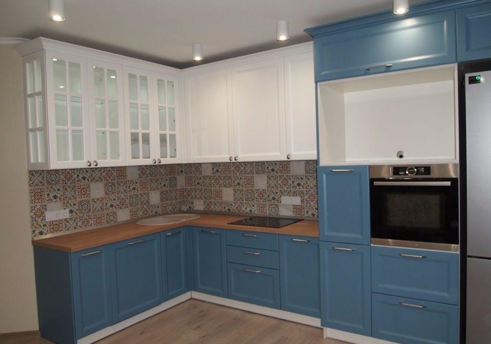 Угловая сине-белая кухня с карнизом, МДФ крашенный, матовая