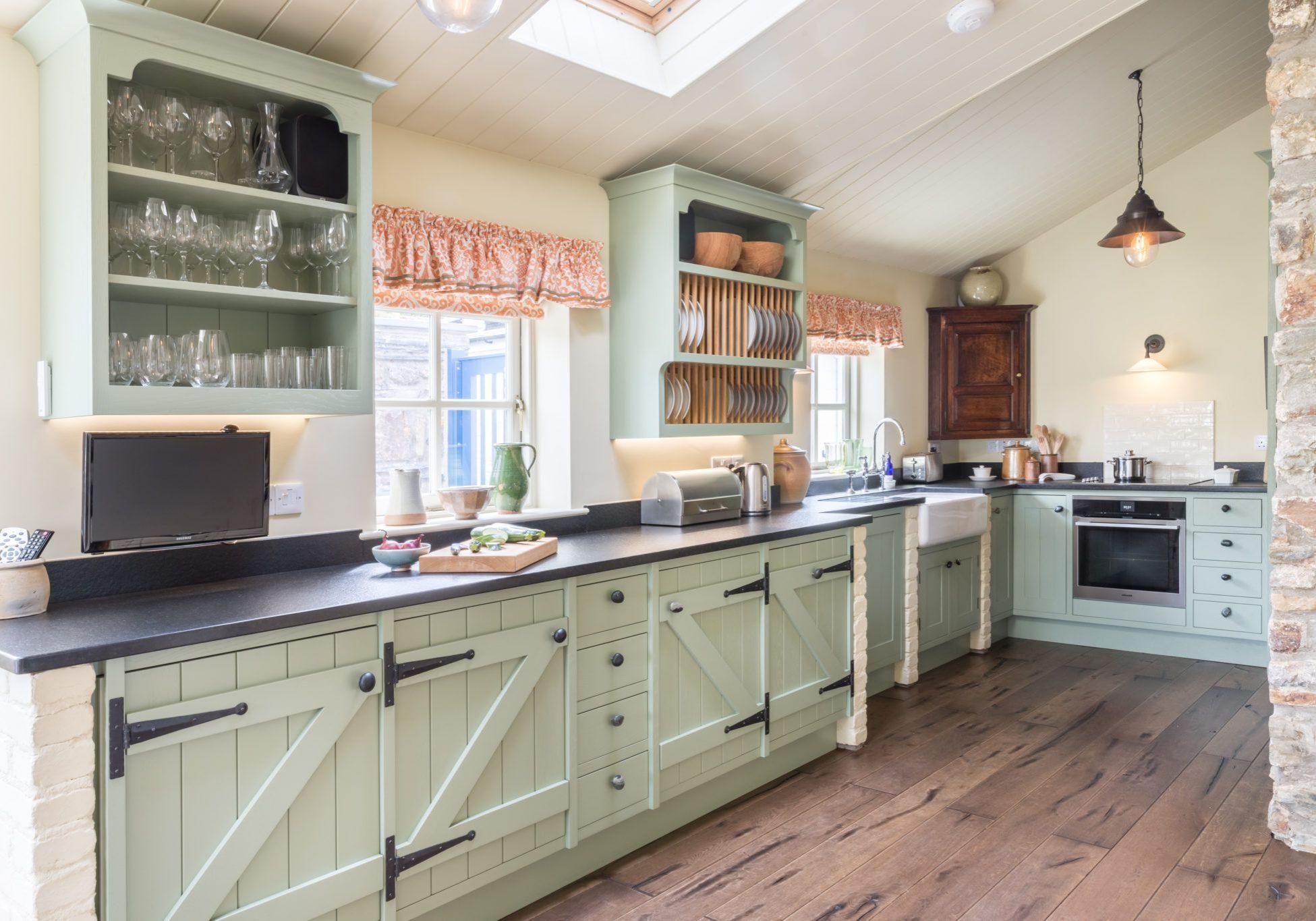 Угловая светло-зеленая кухня прованс МДФ эмаль