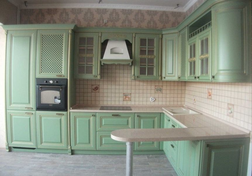 Угловая светло зеленая кухня, с фасадами шпон и барной стойкой, модерн