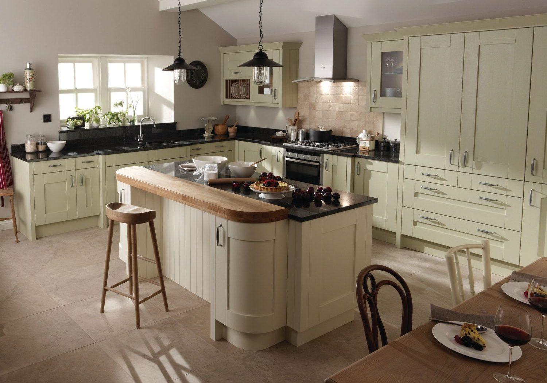 Угловая светло-зеленая кухня с островом, подокно