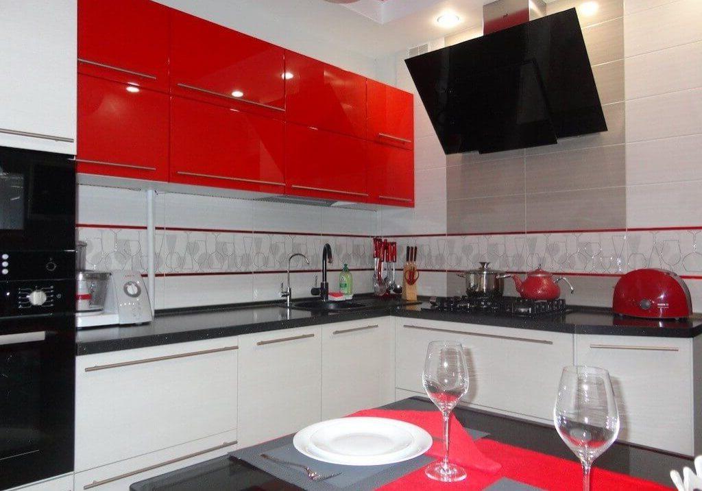 Угловая ярко-красно-белая кухня МДФ эмаль глянец