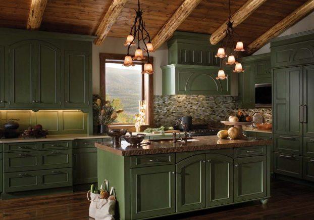 Угловая зеленая кухня кантри под окно с островом