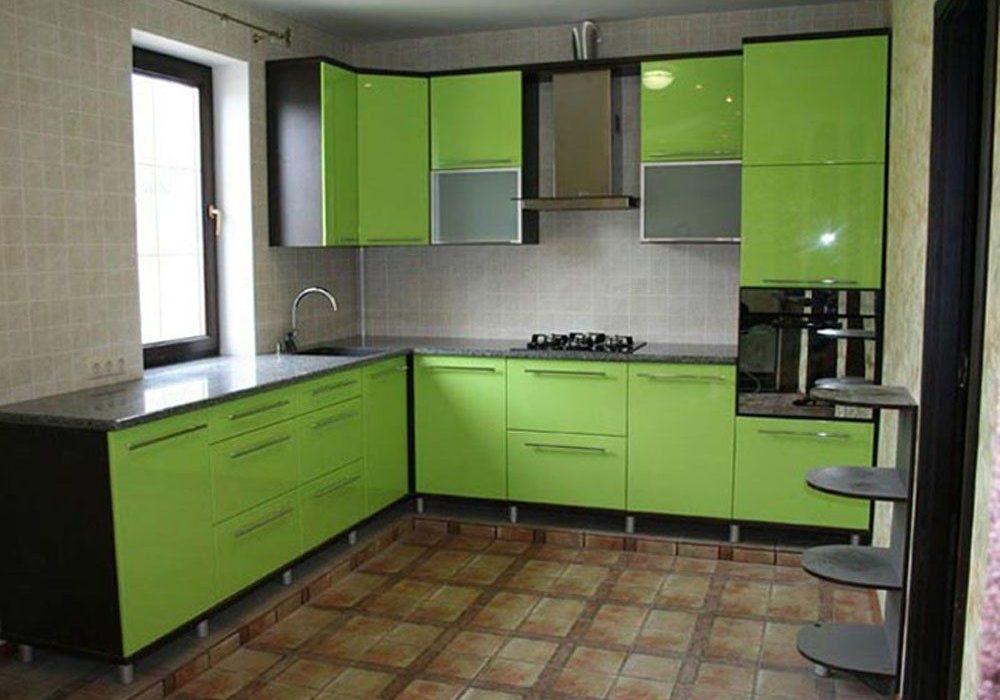 Угловая зеленая кухня МДФ пленка глянец под окно