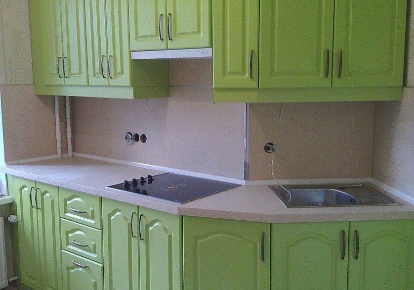 Угловая зеленая кухня МДФ пленка с фрезерованными фасадами классика