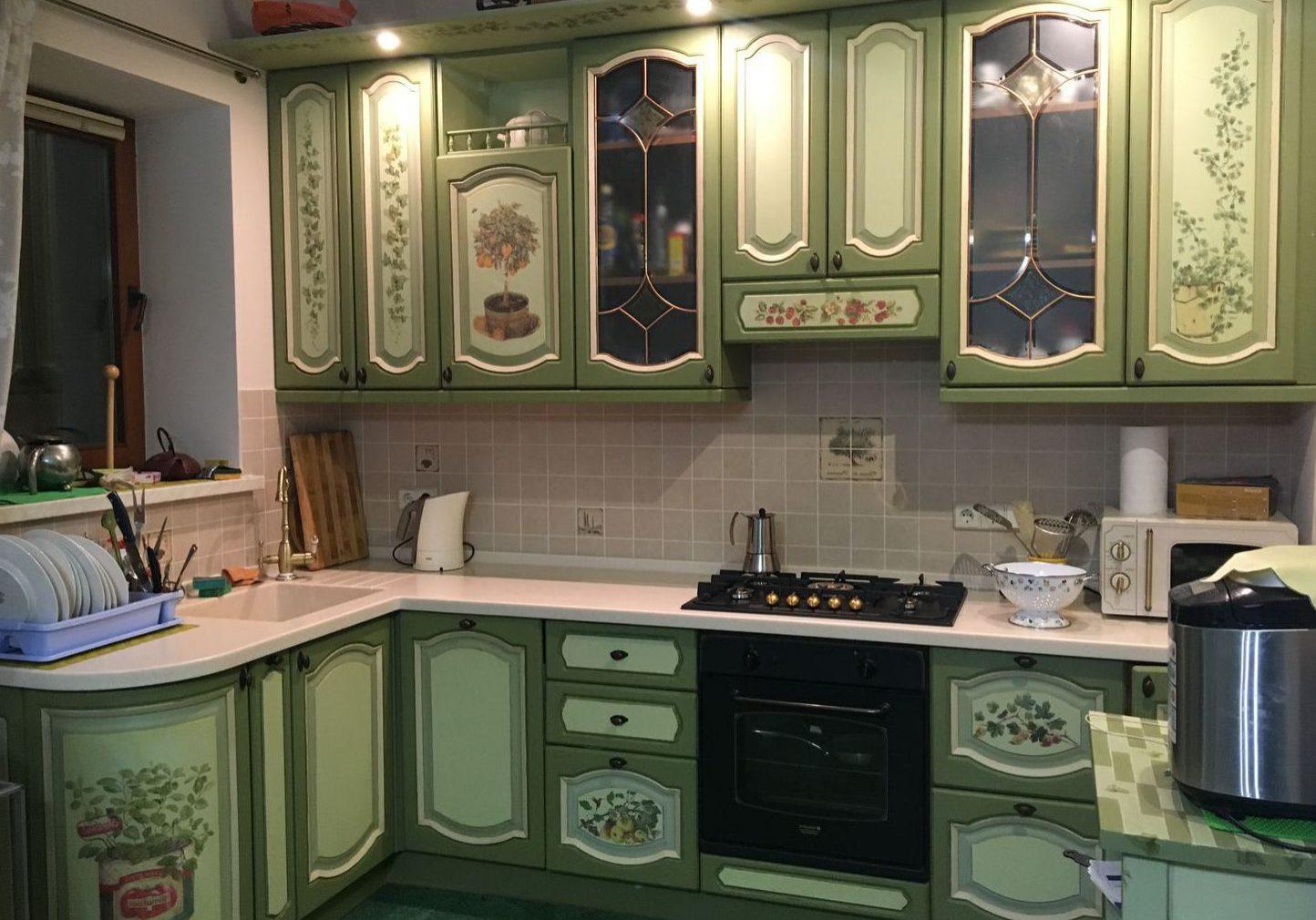 Угловая зеленая кухня под окно, с фасадами МДФ эмаль с рисунком